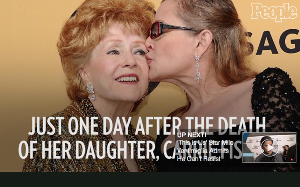 Carrie Fisher kissing Debbie Reynolds